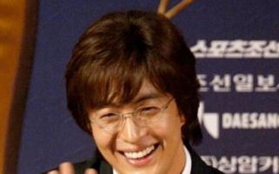 Bae Yong-joon foots dinner bill for fans after wedding