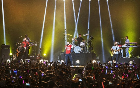 Korean fans prop up Maroon 5's shaky Seoul concert