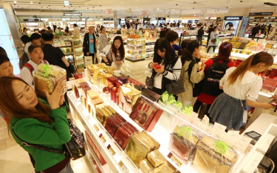 [Photo News] Chinese holiday shoppers flock to Korean duty-free stores
