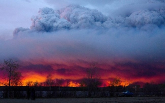[Newsmaker] Alberta fire threatens oil production, helps boost price
