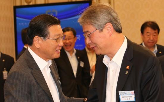 [Photo News] Tycoon and top regulator
