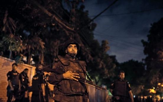 Gunmen storm Dhaka cafe, take diners hostage