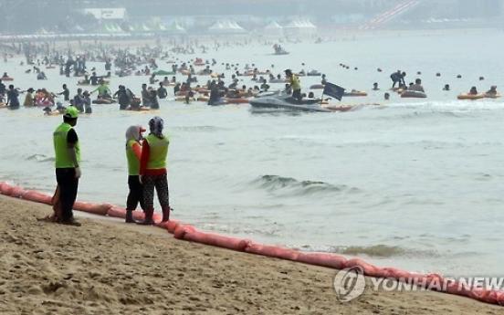 Floating oil on Busan beach delays public access
