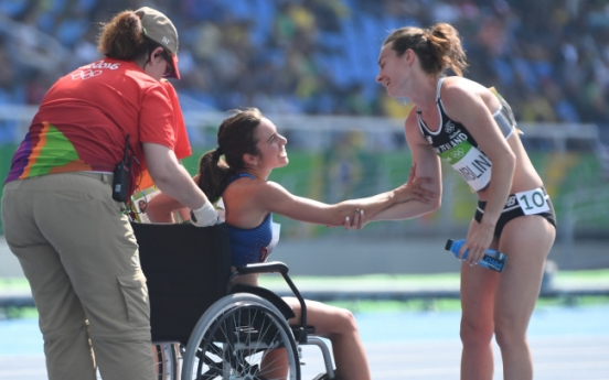 [Newsmaker] Runners help each other after fall, lifting Olympic spirit
