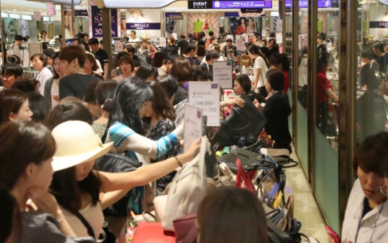 [Photo News] Shoppers flock to department store to avoid heat