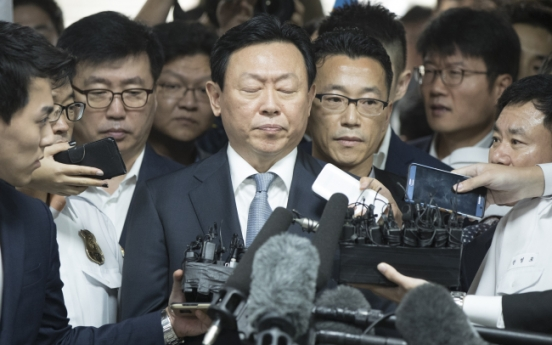 Lotte chairman appears in court for review of arrest warrant