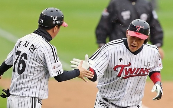LG defeats Nexen in baseball postseason, sits one win from next round