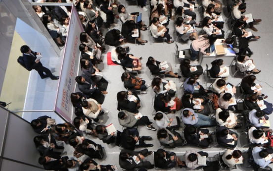 [Photo News] Knocking on  new job market