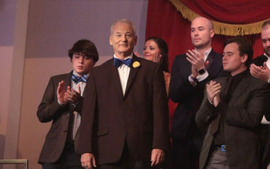 Bill Murray accepts humor prize after gentle roast