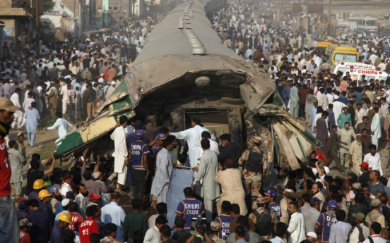 21 dead, dozens injured as Pakistan trains collide