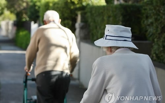 Half of elders in poverty live alone: report