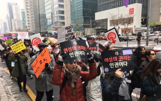[From the scene] Hundreds join anti-Trump Women's March in Seoul