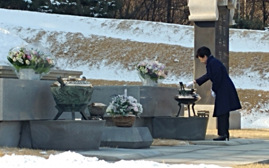 Impeached President Park visits parents' graves at Seoul cemetery