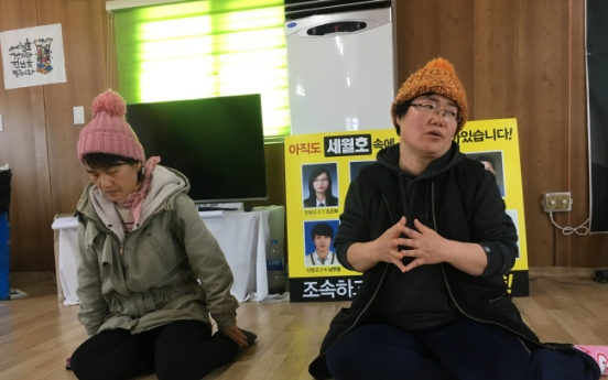Families pray to see bodies after long delay in raising Sewol ferry