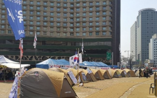 Seoul Plaza still occupied by pro-Park campers
