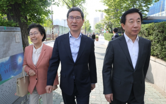 Bareun Party members pressures Yoo for conservative merger