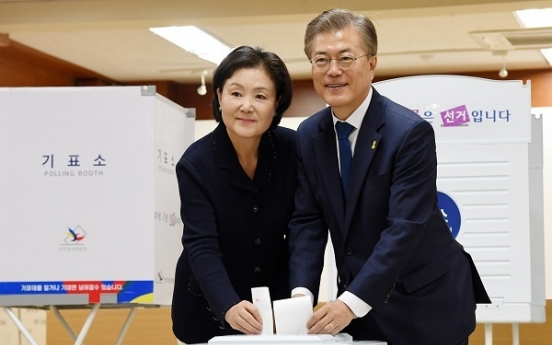 [Election 2017] Favorite Moon Jae-in casts his vote