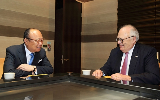 Hanwha chairman talks US relations with Heritage Foundation president