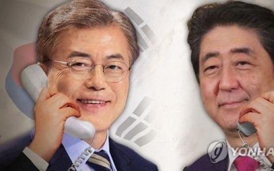 [Breaking] Moon Jae-in talks with Abe over disputed 'comfort women' deal