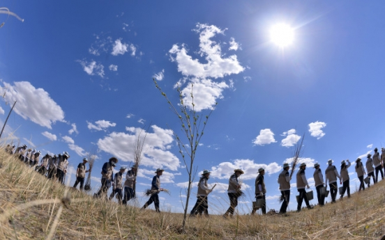 [Photo News] Korean Air officials plant trees to slow down Mongolian desertification
