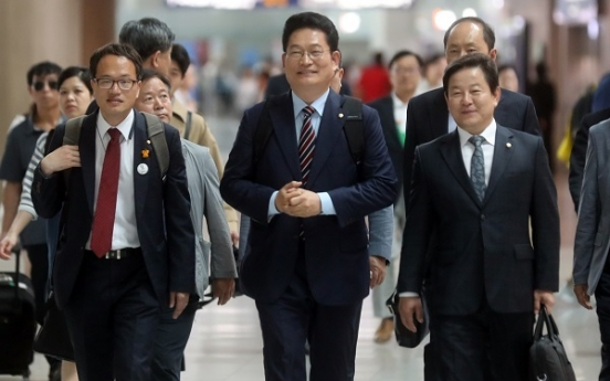 Moon's special envoy departs for Russia