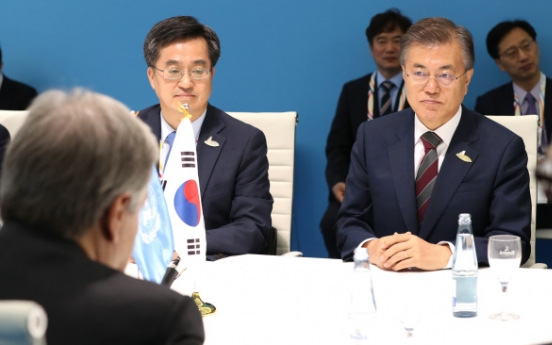 Moon vows to separate humanitarian aid with politics on NK