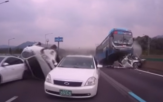 [Video] 2 dead, 16 hurt in pile up on Seoul-Busan highway