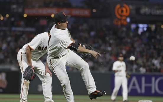 Giants' Hwang shows off versatility with first start at 1st