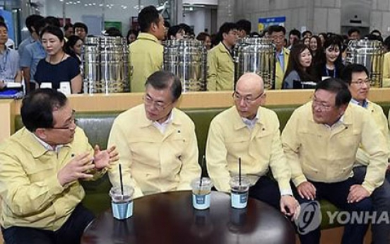 Moon urges officials to lead reforms, advocates media independence
