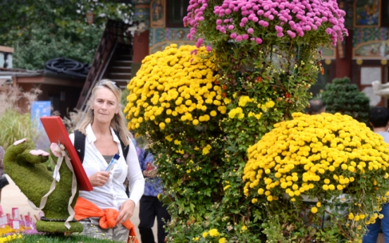 [Photo News] Tourists enjoy chrysanthemums at Jogyesa temple