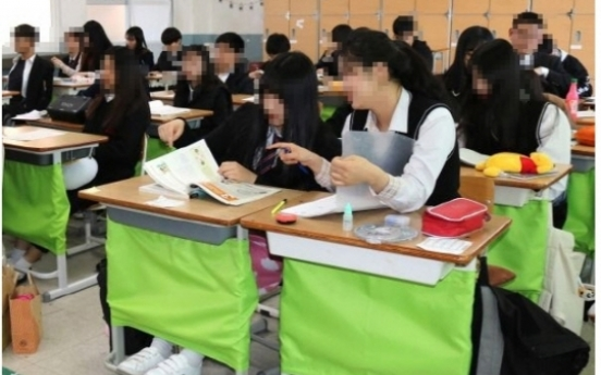 'Legs-hiding curtain' gains popularity among female students