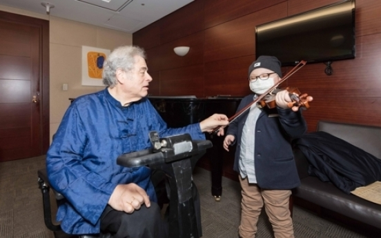 8-year-old with leukemia plays violin in front of Itzhak Perlman