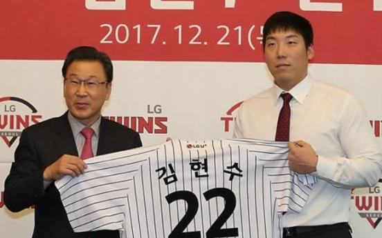 Ex-big leaguer Kim Hyun-soo formally introduced by new Korean club