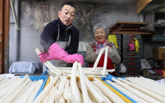 [Weekender] Koreans spend century standing by Lunar New Year
