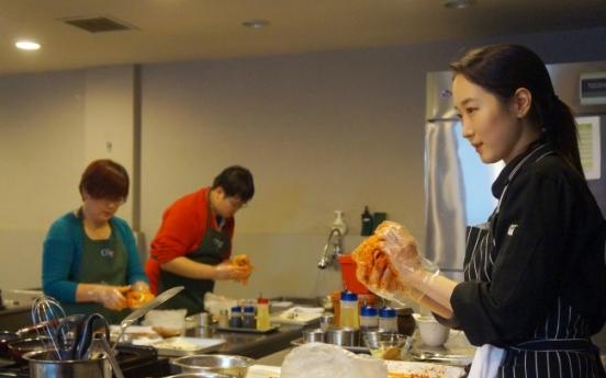 Foreign tourists take a bite of Korea