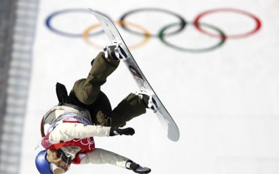 [Photo News] Olympic medalists hoist national flags