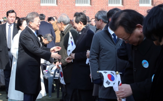 [Photo News] Intentional snub? Opposition party chief cuts in front of President Moon