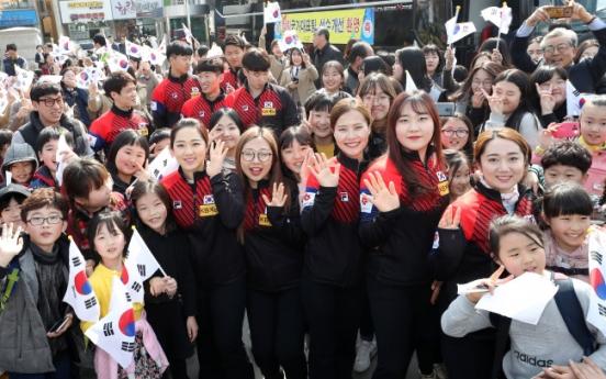 [Photo News] Uiseong residents welcome 'Garlic Girls'