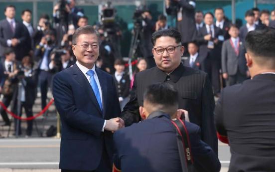 [Photo News] Moon, Kim shake hands in historic meeting at border