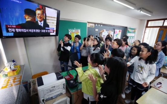 [2018 Inter-Korean summit]  South Koreans emotional after witnessing historic Moon-Kim meeting