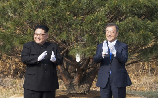 [2018 Inter-Korean summit] Leaders of Koreas jointly plant pine tree to symbolize peace and prosperity