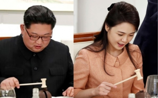 [2018 Inter-Korean summit] Kim Jong-un, Ri Sol-ju 'fascinated' with mini-hammer