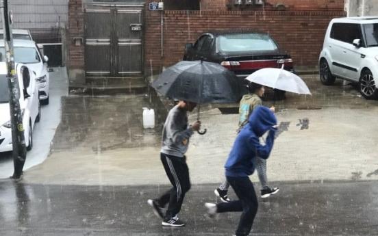 [Video] Sudden hail rains down on Seoul