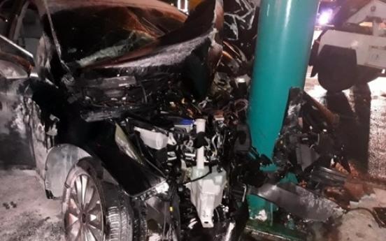 DUI policeman flees, causes crash