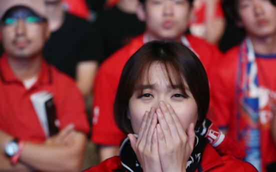 [Photo News] Korean soccer fans react to loss against Sweden