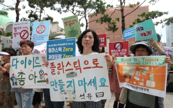 [Photo News] Environmental activists stage 'plastic attack' protest