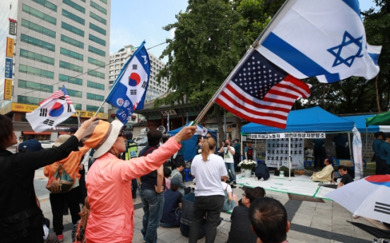 [From the scene] Elderly Koreans attack memorial site of late laid-off worker and call mourners 'commies'