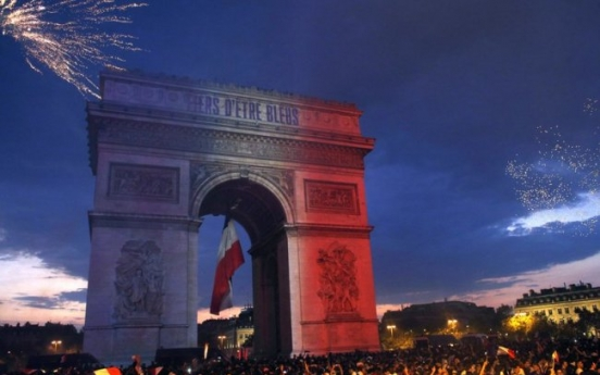 [World Cup] With flags, song, pride, French celebrate unifying victory