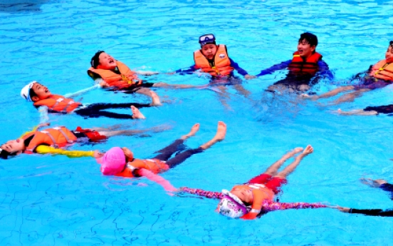 [Photo News] Learning skills for water survival