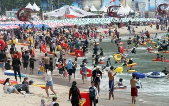 [Photo News] Vacationers invade Busan's Haeundae Beach amid heat wave